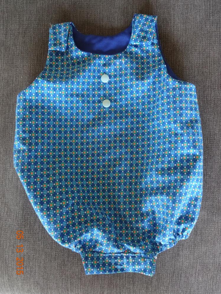 Barboteuse, modèle des Intemporels pour bébé, taille 3 mois, pression à coudre à la place des boutons, élastique au niveau des gambettes...