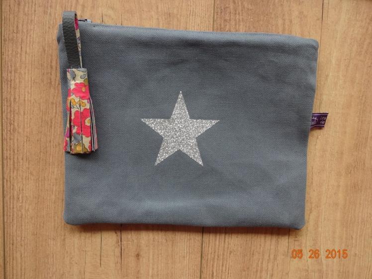Pochette grise étoile argent